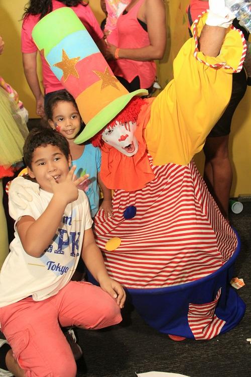 Foto 5 Camila Cruz y Roger Cruz junto al personaje