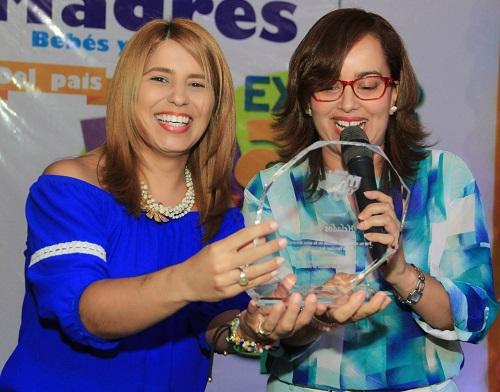Foto 7 Nazzira Santana entrega un reconocimiento a Carmen Páez de Helados Bon